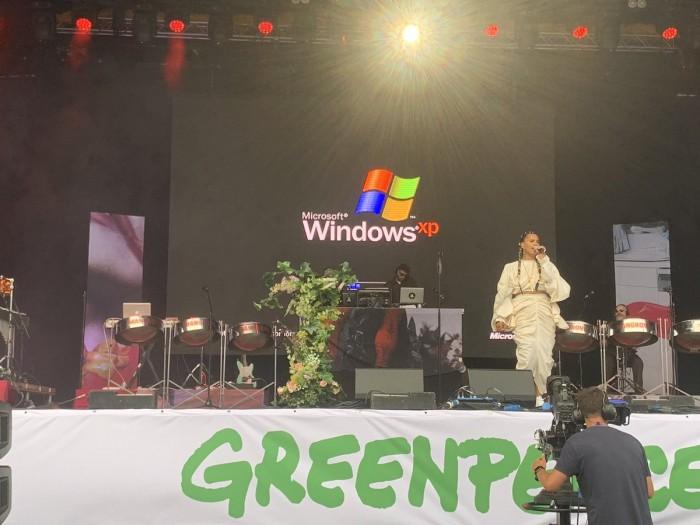 Windows XP突然现身格拉斯顿伯里音乐节引发哄笑